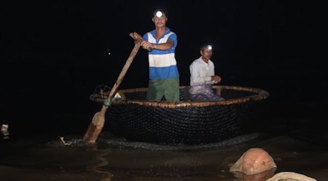Kiếm tiền triệu mỗi đêm từ việc bắt cá mú giống